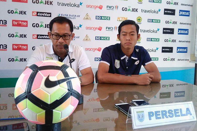 Pelatih Persela Lamongan Aji Santoso (kiri) dan Ahmad Birrul Walidain sebelum pertandingan lawan PS TNI.