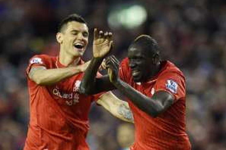 Bek Liverpool, Dejan Lovren, merayakan gol Mamadou Sakho ke gawang Everton pada pertandingan Premier League di Anfield, Rabu (20/4/2016).