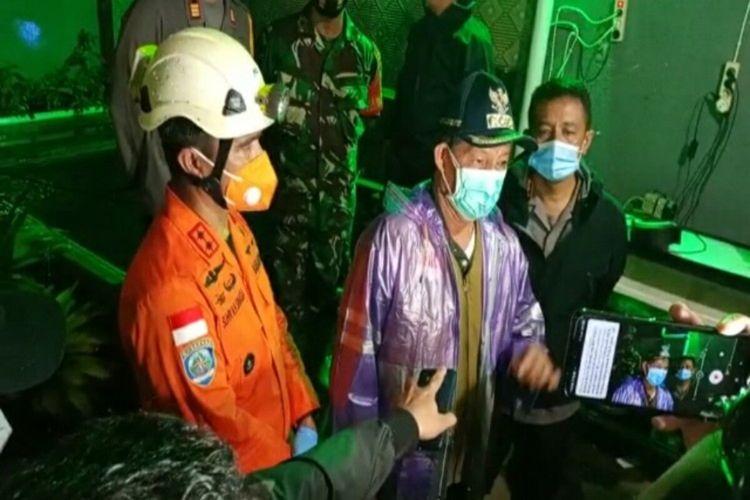 Wali Kota Manado Vicky Lumentut didampingi tim SAR gabungan saat diwawancara disela-sela memantau proses evakuasi korban longsor
