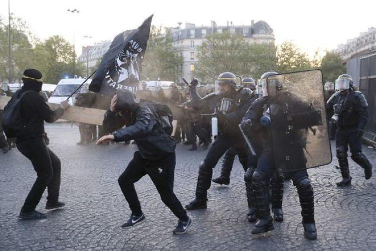 Massa anti-fasis di Paris, yang memprotes hasil pemungutan suara Pipres Perancis putara pertama, terlibat bentrokan dengan polisi antihuru-hara pada Minggu (23/4/2017).