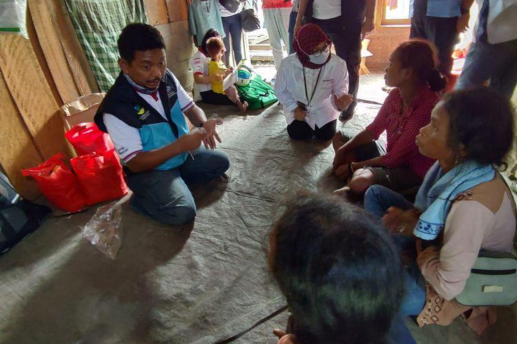 Direktur Perlindungan Sosial Korban Bencana Sosial Sunarti bersama tim dukungan layanan psikososial Kemensos RI memberikan trauma healing kepada pengungsi korban teror di Desa Lembatangoa, Sigi. Selain itu Sunarti juga menyerahkan bantuan senilai Rp.458.426.000.