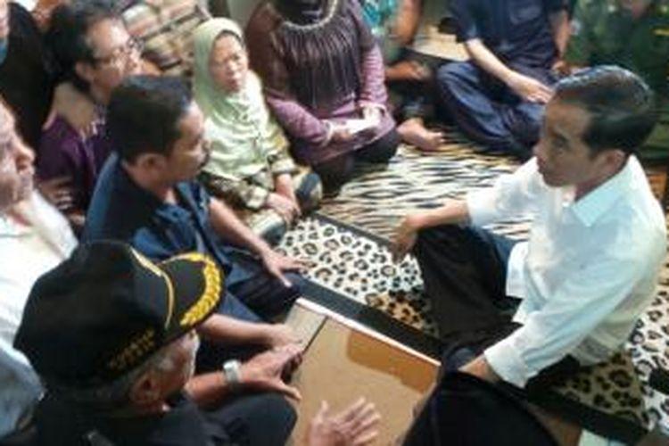 Gubernur DKI Joko Widodo menyampaikan rasa duka cita kepada keluarga Muhammad Fahmi Imanudin (20). Fahmi tewas, Sabtu malam lalu lantaran terseterum kabel listrik yang terkelupas tak jauh dari rumahnya.