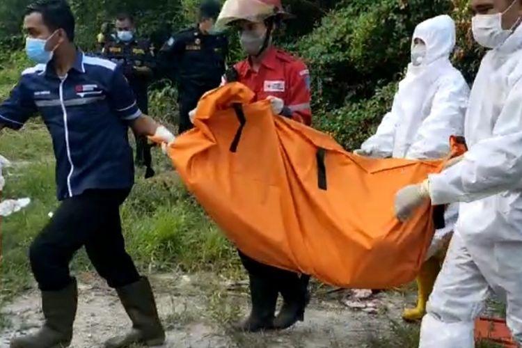Sesosok mayat laki-laki ditemukan di tepi muara sungai Jalan Greges, Asemrowo, Surabaya, Selasa (18/5/2021).