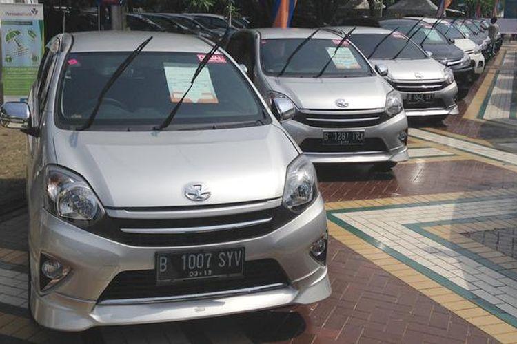 Mobil murah Agya saat di pajang di Acara Weekend Surprise yang diselenggarakan mobil88 di Parkir Timur Senayan