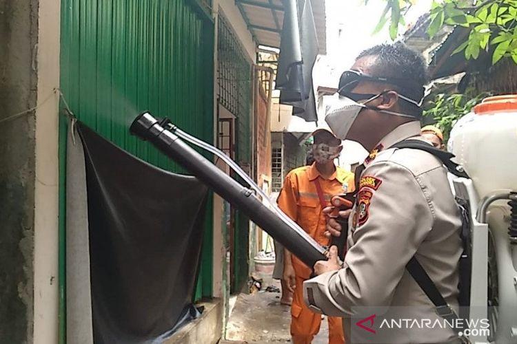 Kapolsek Tambora Kompol Iver Son Manossoh mendisinfeksi kawasan musala jemaah yang terpapar COVID-19 di Jakarta, Minggu (10/5/2020).