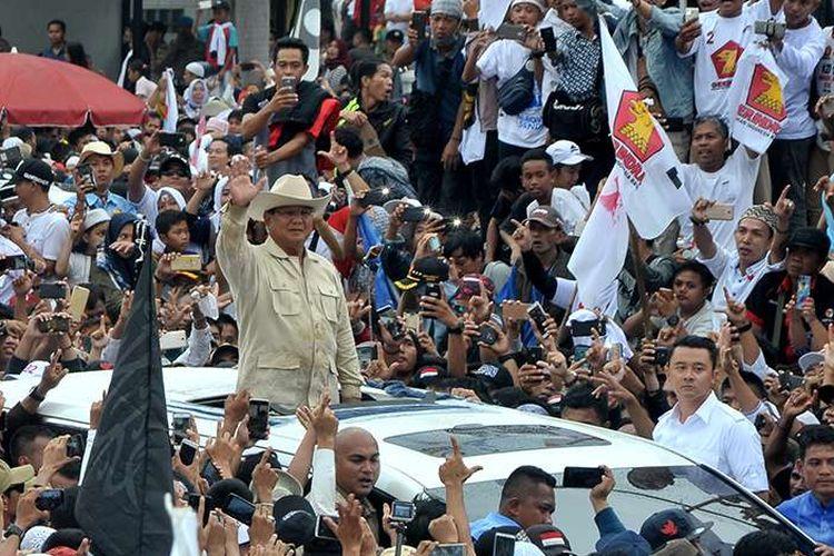 Calon Presiden nomer urut 02 Prabowo Subianto menyapa pendukung dan simpatisan yang memadati pelataran Benteng Kuto Besak Palembang pada Kampanye akbar, di Palembang, Sumsel, Selasa (9/4/2019). Puluhan ribu pendukung dan simpatisan dari 17 Kabupaten dan Kota di Sumsel datang untuk bertemu langsung dengan Capres Prabowo Subianto.