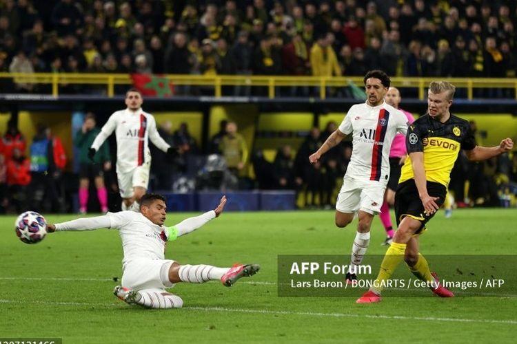 Erling Braud mencetak gol pertama tuan rumah di laga Dortmund vs PSG pada leg pertama babak 16 besar Liga Champions, 19 Februari 2020.