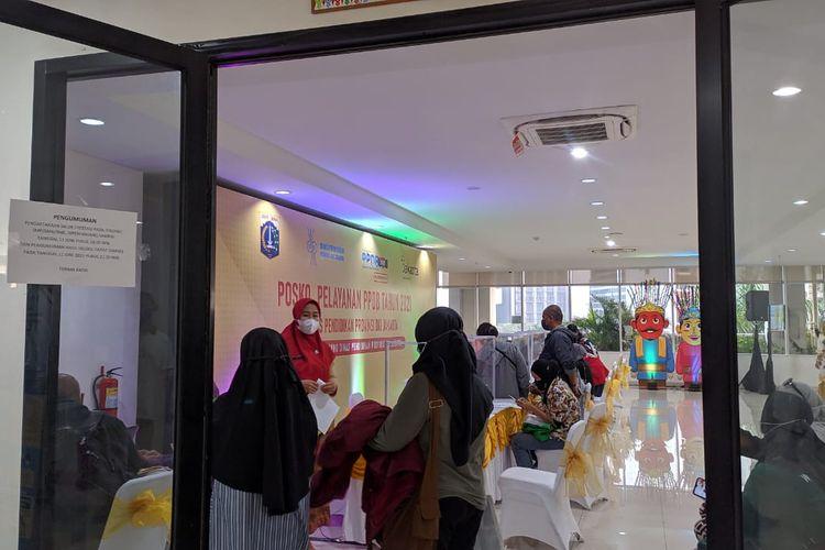 Posko PPDB Dinas Pendidikan DKI Jakarta ramai diserbu wali murid di hari terakhir PPDB jalur prestasi, Jumat (11/6/2021)