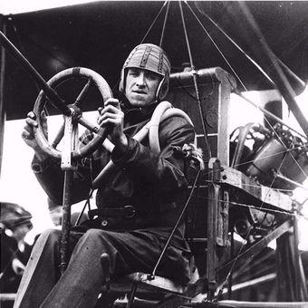 Eugene Ely sebelum mendarat di USS Pennsylvania, 18 Januari 1911