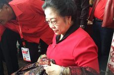 Di Sela Rakernas PDI-P, Megawati Ditemani Menteri Susi Berbelanja Batik