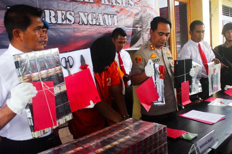 Kapolres Ngawi AKBP Dicky Ario memperlihatlan barang bukti hasil kejahatan komplotan pencuri spesiali pembongkat toko Alfamart.