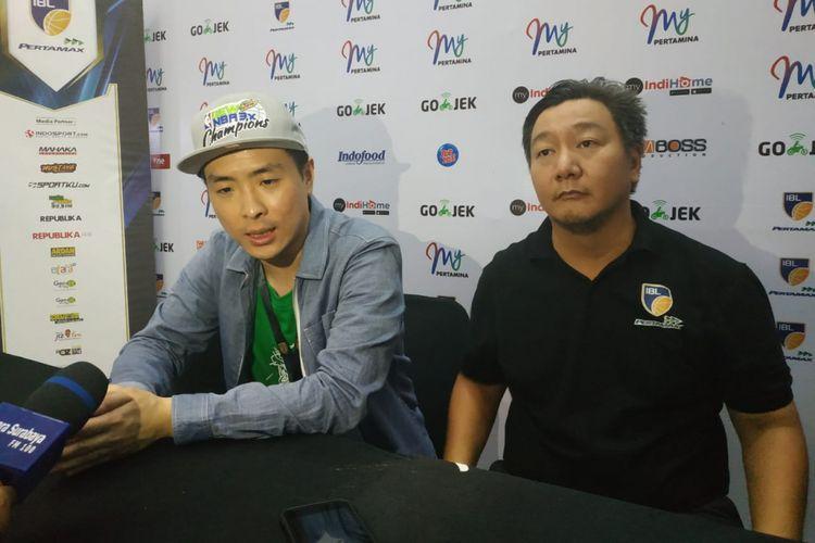 Direktur IBL Hasan Gozali (kanan) saat menghadiri konferensi pers seri keenam IBL Pertamax 2018-2019 di GOR Pacific, Surabaya, 3 Februari 2019.