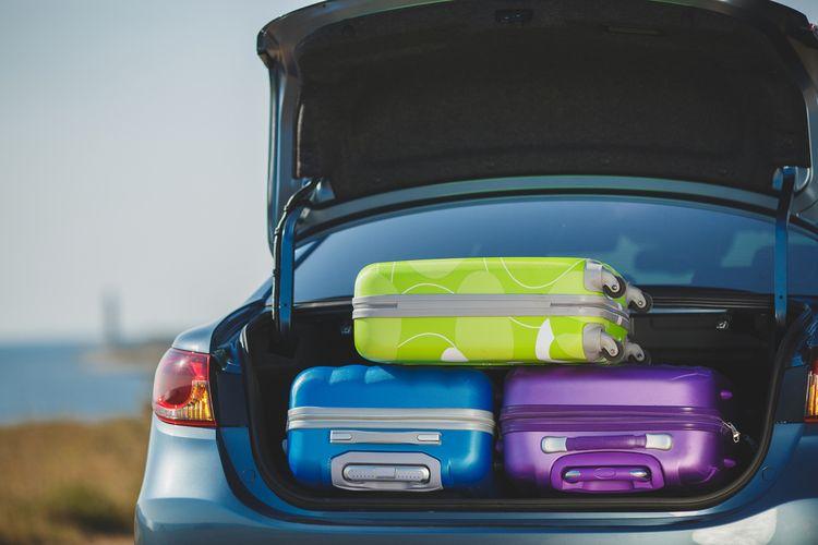 Ilustrasi liburan dengan mobil