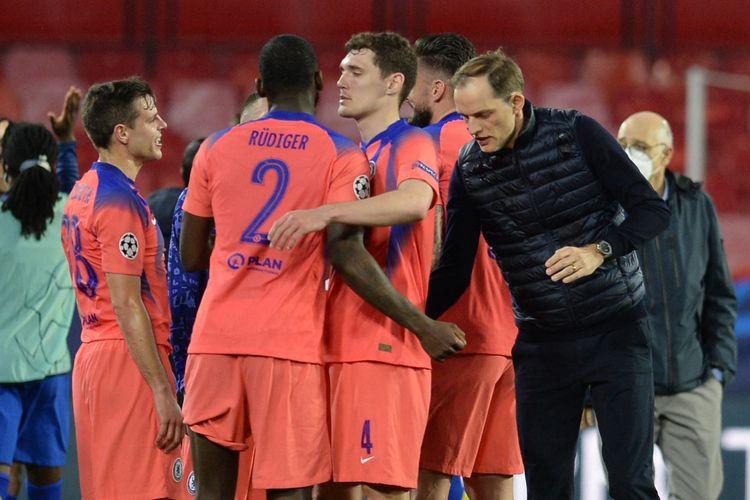 Pelatih Chelsea, Thomas Tuchel, memberikan selamat kepada timnya setelah meraih kemenangan 2-0 atas FC Porto pada leg pertama babak perempat final Liga Champions di Stadion Ramon Sanchez Pizjuan, Seville, 7 April 2021.
