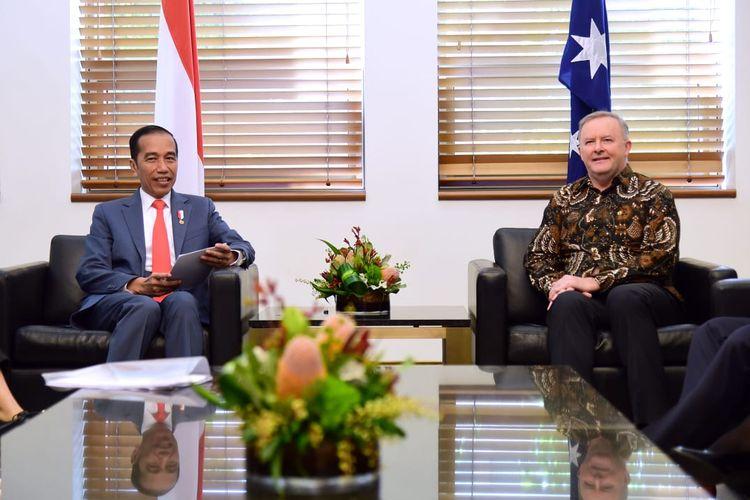 Presiden Joko Widodo menerima kunjungan kehormatan Ketua Partai Buruh Australia yang merupakan partai oposisi, Anthony Albanese, di Ruang MG 63 Gedung Parlemen, Canberra, pada Senin (10/2/2020).
