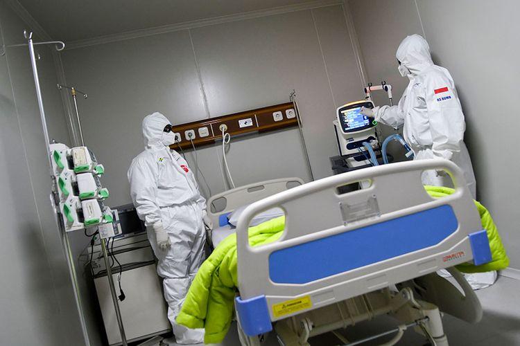 Seorang dokter mengoperasikan alat bantu pernafasan di ruang ICU Rumah Sakit Pertamina Jaya, Cempaka Putih, Jakarta, Senin (6/4/2020). Rumah Sakit darurat COVID-19 tersebut berkapasitas sebanyak 160 tempat tidur dalam ruangan dan 65 kamar isolasi bertekanan negatif untuk merawat pasien positif COVID-19 sesuai standar yang ditetapkan oleh Organisasi Kesehatan Dunia atau WHO.