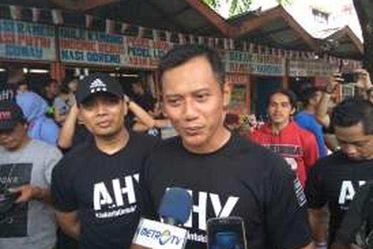 Bakal calon gubernur DKI Jakarta Agus Harimurti  Yudhoyono Minggu pagi (9/10/2016) usai berlari mengelilingi Taman Margasatwa Ragunan bersama relawan dan tim kampanyenya.