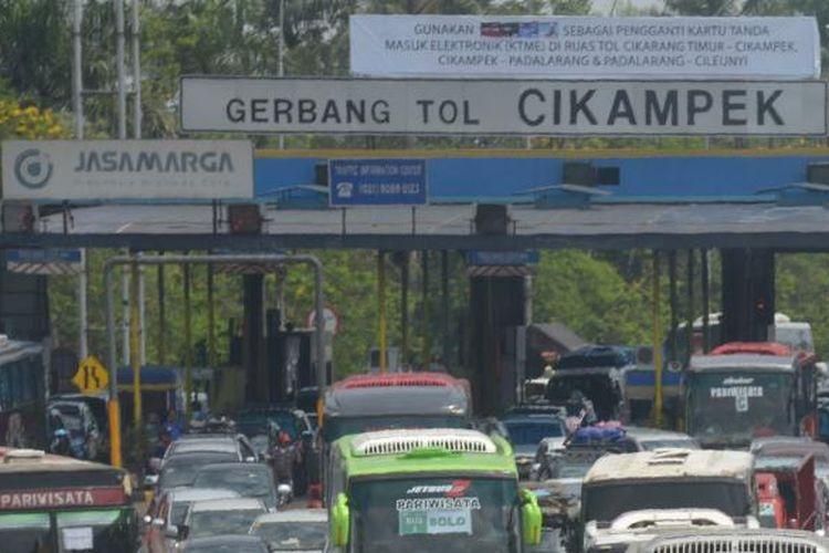 Kendaraan terjebak kemacetan setelah melewati  gerbang Tol Cikampek , Kabupaten Purwakarta, menuju Simpang Jomin, Kabupaten Karawang, Jawa Barat, Kamis (24/7/2014). Dari pukul 00.00 hingga pukul 15.00, sebanyak 23.623 kendaraan telah melewati gerbang tol tersebut dengan puncak jumlah kendaraan yang melintas per jam sebanyak 2.619 kendaraan. Puncak arus mudik di gerbang tol tersebut diperkirakan berlangsung pada hari ini (Jumat, 25/7/2014).