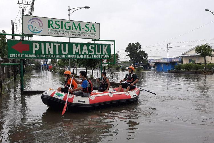 Terendam Banjir, Jalan ke RSI Sultan Agung Semarang Tak Bisa Dilalui Kendaraan
