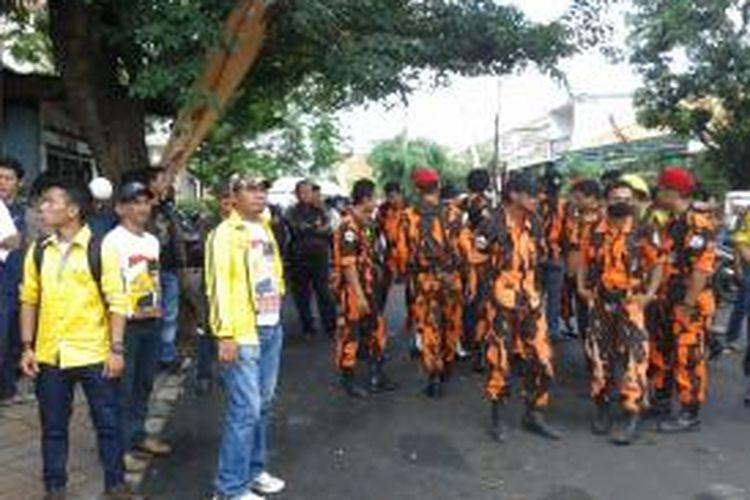 Puluhan orang yang merupakan massa pendukung Abdul Syukur-Hilmi Fuad yang merupakan pihak pro wali kota Wahidin Halim, saat melakukan aksi unjuk rasa di depan kantor KPUD Kota Tangerang, Jumat (26/7/2013). Massa yang datang gabungan dari Genpas (Gerakan Pendukung Abdul Syukur), Satgas Partai Golkar dan Pemuda Pancasila