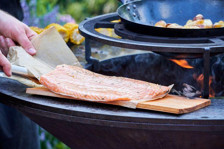 Ilustrasi ikan filet siap dipanggang.