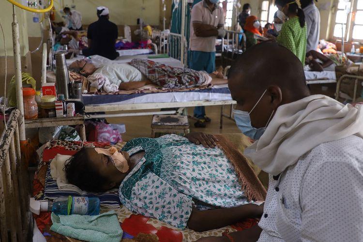 Para pasien Covid-19 di India yang juga terinfeksi jamur hitam atau Mucormycosis, dirawat di rumah sakit NSCB, Jabalpur, India, pada 20 Mei 2021.