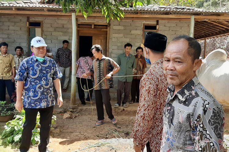 Wahyu Purwanto (Topi Putih)  Menyerahkan Hewan Kurban kepada Masyarakat di Kapanewon Rongkop, Gunungkidul Rabu (29/7/2020)