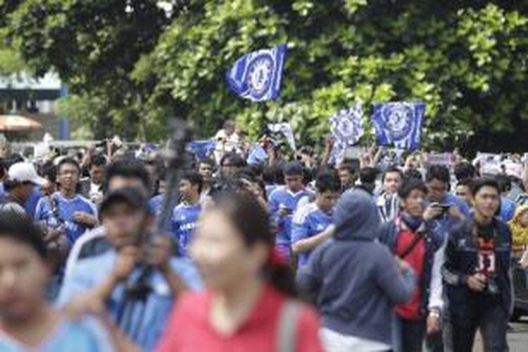 Para fans menunggu kedatangan Klub Sepak Bola Chelsea di Bandara Udara Halim Perdanakusuma, Jakarta, Selasa (23/7/2013). Chelsea akan bertanding melawan Indonesia All Star pada Kamis, 25 Juli 2013.