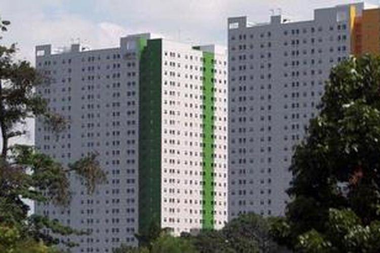 Pembangunan tahap akhir proyek apartemen di kawasan Rawasari, Jakarta Pusat, Jumat (5/4/2013). Keterbatasan lahan di perkotaan membuat apartemen menjadi incaran hunian karena harga yang lebih terjangkau dan akses lebih dekat ke pusat kota.