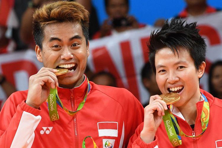 Pasangan ganda campuran Tontowi Ahmad (kiri) and Indonesia's Liliyana Natsir saat mempersembahkan medali emas bagi Indonesia di Olimpiade Rio de Janeiro 2016.