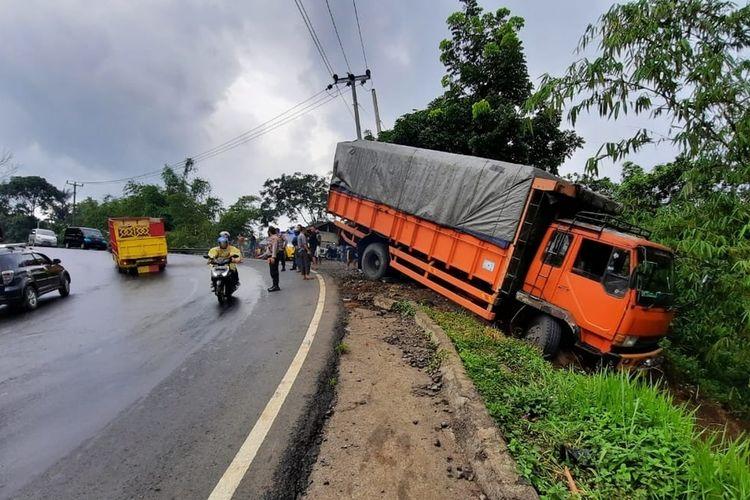 Jalur Tengkorak Gentong-Tasikmalaya, terdapat 5 titik rawan kecelakaan karena kondisinya berkelok-kelok dengan tanjakan dan turunan curam ditambah salah satu samping jalannya adalah jurang.