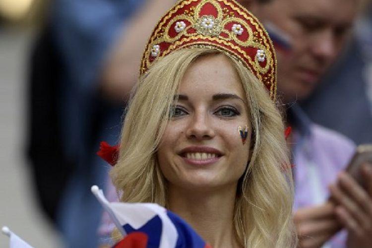 Natalya Nemchinova menjadi daya tarik di tribune penonton Stadion Luzhniki pada laga Spanyol vs Rusia di babak 16 besar Piala Dunia 2018, 1 Juli 2018.
