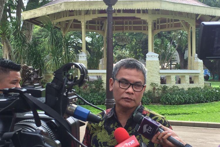 Staf Khusus Presiden bidang Komunikasi Johan Budi Saptopribowo di Istana, Jakarta, Senin (4/12/2017).