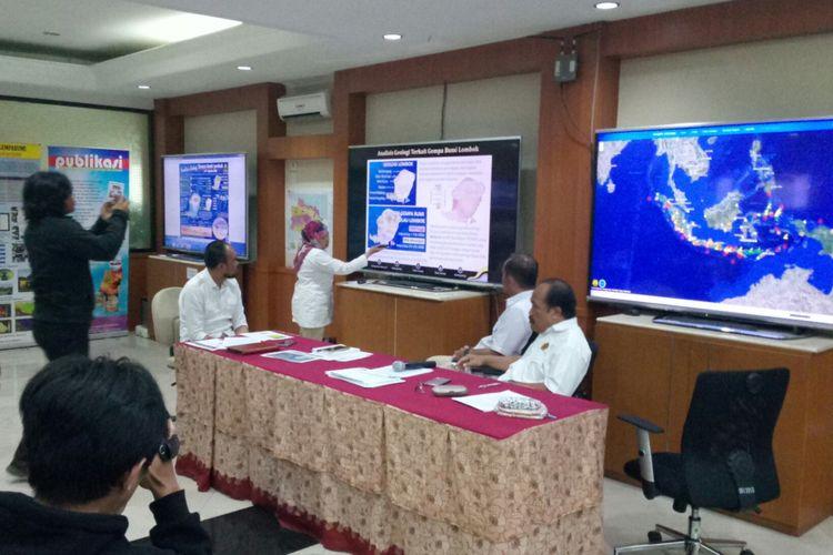 Kepala Bidang Mitigasi GempaBumi PVMBG Badan Geologi, Sri Hidayati tengah menjelaskan penyebab dan panjangnya sesar baru yang diidentifikasi pasca gempa lombok bermagnktudo 7.0