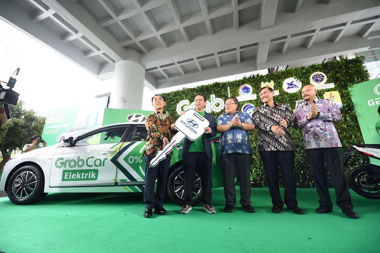 PT Hyundai Motor Manufacturing Indonesia dan Grab Indonesia meluncurkan 20 mobil listrik Hyundai Ioniq di Indonesia, Jakarta, Jumat (13/12/2019)