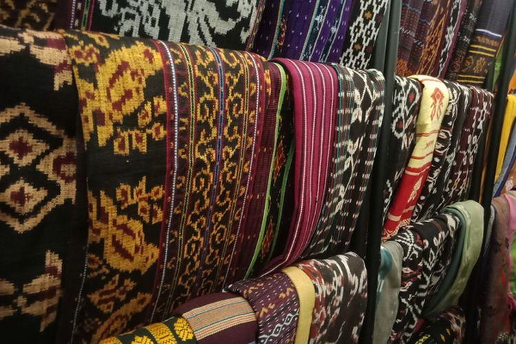 Ragam kain tenun NTT yang dipajang di Fashionlink Showroom & Market, Jakarta Fashion Week di Senayan City, Jakarta Selatan, Selasa(22/10/2019).