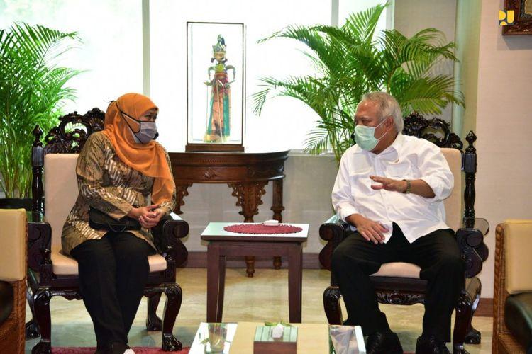 (kiri-kanan) Gubernur Jawa Timur Khofifah Indar Parawansa dan Menteri Pekerjaan Umum dan Perumahan Rakyat (PUPR) Basuki Hadimuljono di Kampus Kementerian PUPR, Jakarta, Senin (10/8/2020).