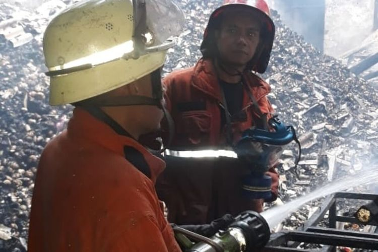 Petugas pemadam kebakaran sedang memadamkan api dalam peristiwa kebakaran yang menghanguskan empat ruko di Jalan Klenteng, Kelurahan Babakan Pasar, Kecamatan Bogor Tengah, Kota Bogor, Kamis (27/2/2020).