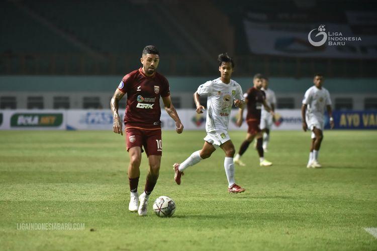 Pemain asing Borneo FC Jonathan Bustos menggiring bola saat pertandingan pekan 1 Liga 1 2021-2022 melawan Persebaya Surabaya yang berakhir dengan skor 3-1 di Stadion Wibawa Mukti Cikarang, Sabtu (4/9/2021) malam.