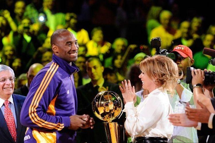 Kobe Bryant bersama Jeanie Buss yang saat ini menjabat sebagai Presiden klub LA Lakers.