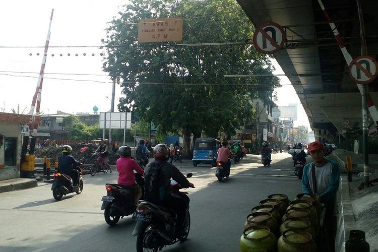 Pelintasan kereta api yang terletak di depan ITC Roxy, Jalan KH Hasyim Ashari, Gambir, Jakarta Pusat belum ditutup, Senin (2/10/2017).