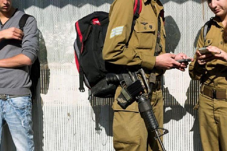 Ilustrasi pasukan Israel sedang memegang ponsel mereka.