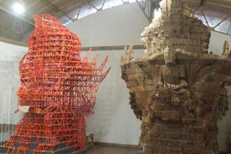 Replika Garuda Wisnu Kencana yang terbuat dari limbah triplek (kanan) di NuArt Sculpture Park, Sentra Duta, Bandung, Jawa Barat.