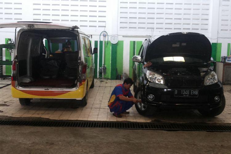 (Ilustrasi mekanik bengkel non-APM) Suasana di bengkel Sumber Motor di Kalimulya, Depok pada Kamis (21/12/2017). Jelang libur akhir tahun, banyak pemilik mobil yang mengecek kendaraannya ke bengkel untuk persiapan digunakan ke luar kota.