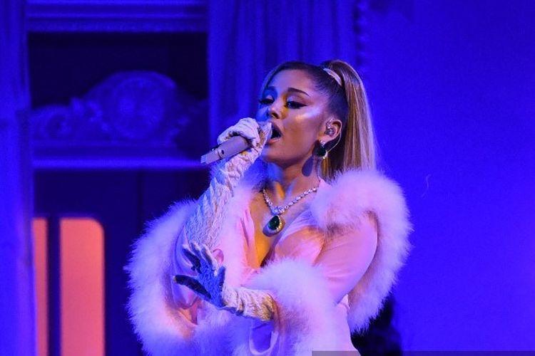 Penyanyi AS Ariana Grande tampil di Grammy Awards ke-62 di Los Angeles, pada 26 Januari 2020.