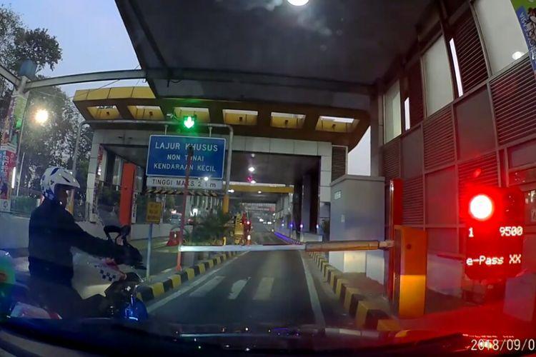 Oknum polisi serobot akses masuk tol seorang pengendara.