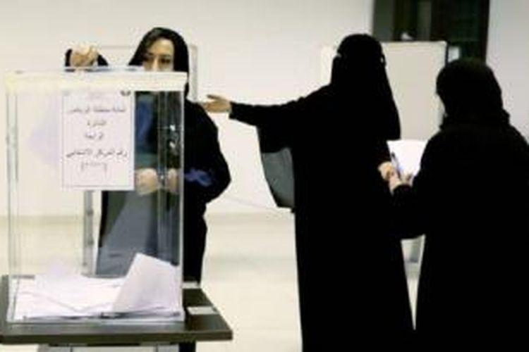 Para pemilih memberikan suara mereka di satu TPS di Riyadh pada Sabtu (12/12/2015).