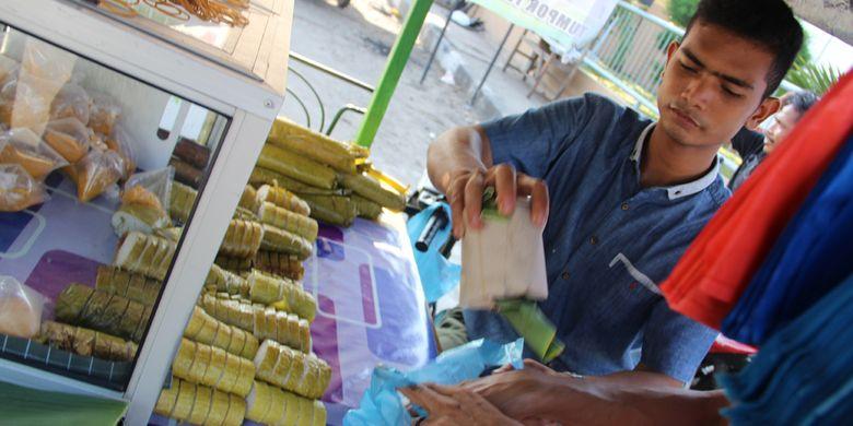 Pedagang lemang dengan merk Wak Saleh menunggu pembeli di Jalan Pelabuhan, Kota Lhokseumawe, Provinsi Aceh, Rabu (22/5/2019).