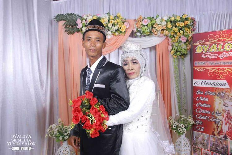 Foto pernikahan Mbah Gambreng dan Ardi Waras yang merupakan anak angkatnya yang menghebohkan warga Ogan Komering Ilir Sumatera Selatan