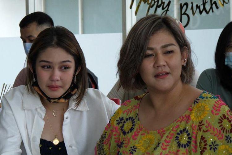 Vanesha Prescilla (kiri) bersama kakaknya Sissy Prescillia usai mendapat kejutan dari pemain film Backstage di hari ulang tahunnya.